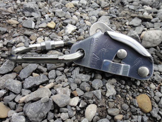 A grigri belaying device